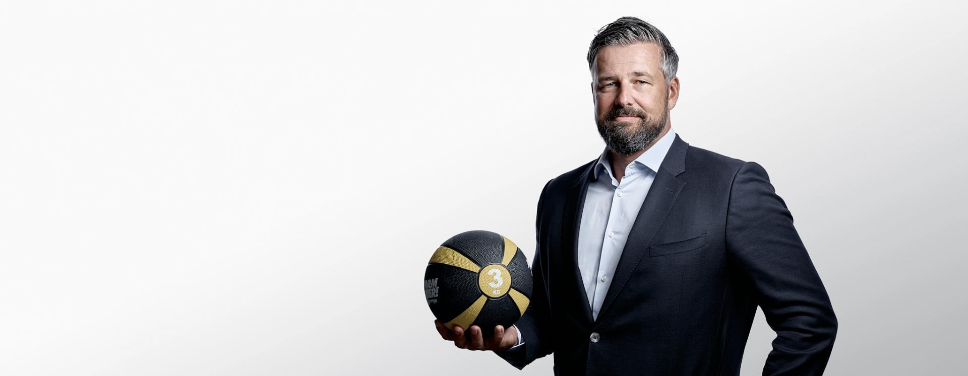 Firmen Fitness: Mann in Anzug mit Basketball